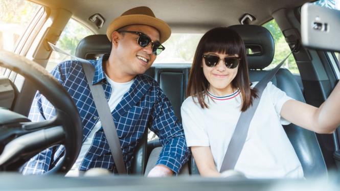 Ilustrasi pasangan muda membeli mobil