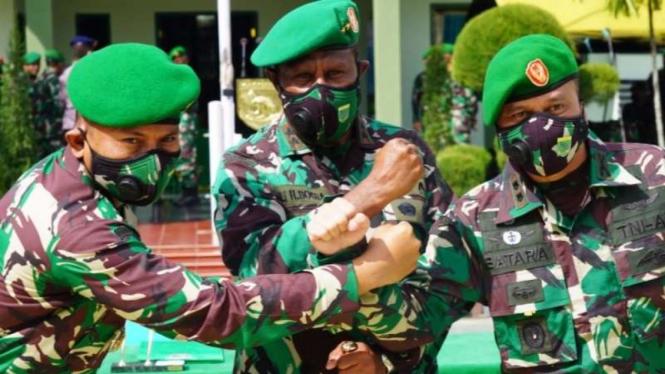 Letjen TNI Ali H. Bogra (tengah) saat menjabat Pangdam XVII/IKasuari