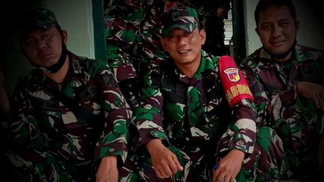 VIVA Militer: Sertu MM (di tengah).