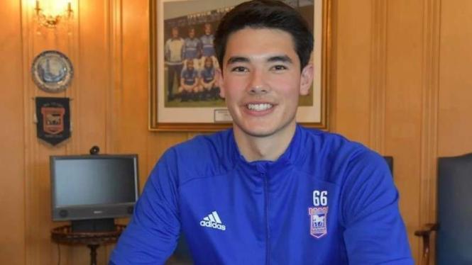 Elkan Baggott menandatangani kontrak profesional pertama dengan Ipswich Town