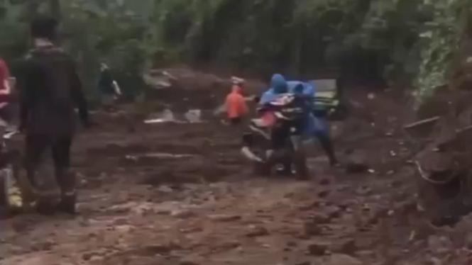 Motor bebek melintas di jalur off-road