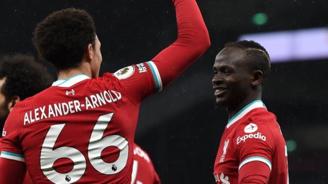 Tren Alexander-Arnold dan Sadio Mane saat Liverpool melawan Tottenham