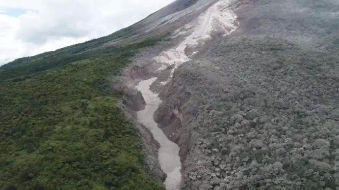 Foto udara luncuran awan panas Gunung Merapi