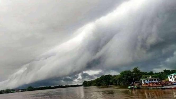 Awan berbentuk seperti gelombang tsunami terjadi di Kalimantan Barat