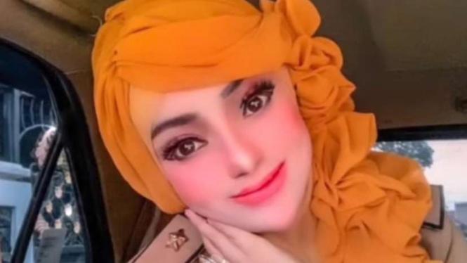 Wanita berseragam PNS berdandan menor mirip barbie