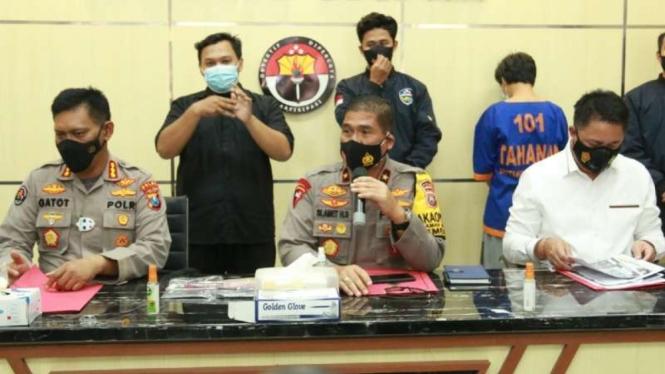 Polisi memperlihatkan tersangka Om Kos (baju tahanan biru) dan barang bukti dalam kasus prostitusi anak di Mojokerto dalam konferensi pers di Markas Polda Jawa Timur, Surabaya, Senin, 1 Februari 2021.