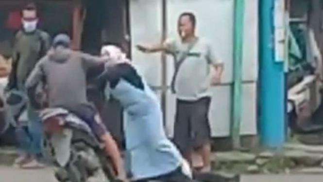 Aksi heroik seorang ibu halangi tukang parkir mau aniaya petugas service ATM