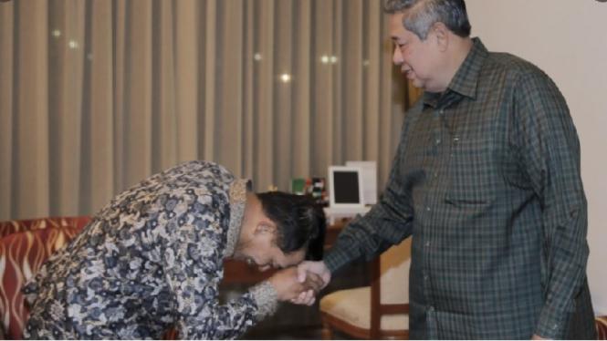 Moeldoko cium tangan SBY