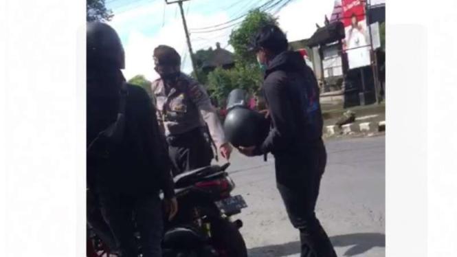 Polisi berhentikan skuter matik Yamaha NMax.