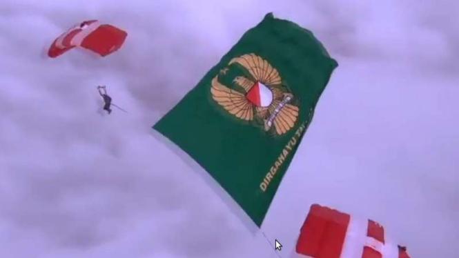 VIVA Militer: Pengibaran bendera raksasa TNI AD oleh prajurit Kopassus