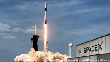 https://thumb.viva.co.id/media/frontend/thumbs3/2021/02/03/601ac510c3eaf-miliarder-as-pimpin-misi-penerbangan-sipil-perdana-spacex-ke-luar-angkasa_375_211.jpg