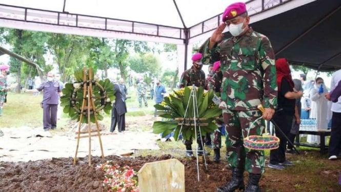 VIVA Militer: Danpasmar 1 berikan penghormatan terakhir kepada Alm Barzuweh
