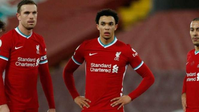 Pemain Liverpool tertunduk usai mengalami kekalahan.