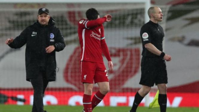 Bek Liverpool, Andy Robertson, usai kalah dari Brighton and Hove Albion