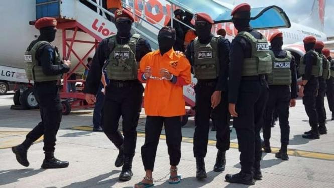 Sebanyak 26 tersangka teroris jaringan Jamaah Ansharut Daulah (JAD) dari Makassar dan Gorontalo dibawa ke Jakarta dan tiba di Bandara Soekarno-Hatta, Tangerang, Banten, pada Kamis, 4 Februari 2021.