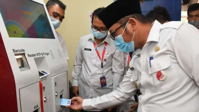 Wakil Wali Kota Padang Hendri Septa menjajal mesin Anjungan Dukcapil Mandiri (ADM) untuk mencetak dokumen kependudukan pada Kamis, 4 Februari 2021.