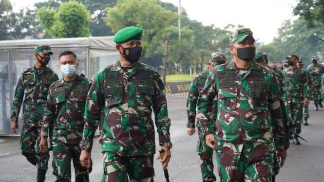 VIVA Militer: Aslad Kasad bersama Danrem 061/SK di Mayonif 315/Grd