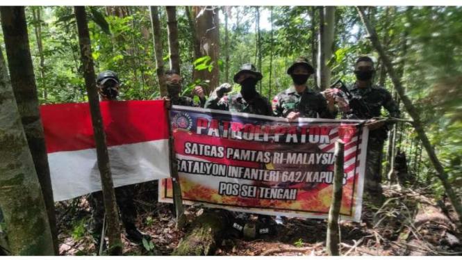 VIVA Militer: Patroli Patok Batas oleh Satgas Pamtas Yonif 642/Kapuas