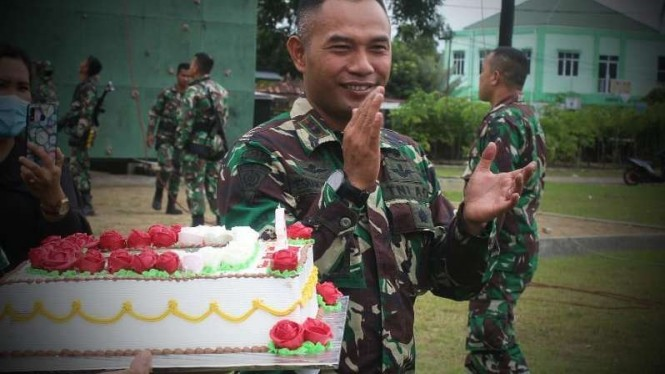 VIVA Militer: Kue ultah Komandan Yonif Raider 142/KJ.
