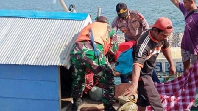 VIVA Militer: Prajurit TNI Angkatan Laut evakuasi mayat Fendy
