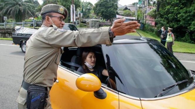 Ayu Ting Ting disetop petugas ganjil genap di Bogor