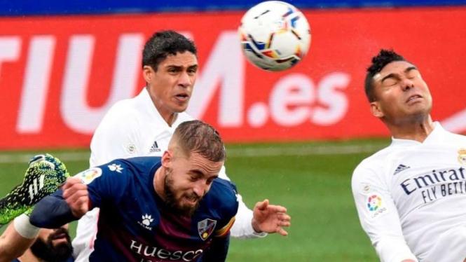 Bek Real Madrid, Raphael Varane bobol gawang Huesca.