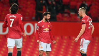 Gelandang Manchester United, Bruno Fernandes (tengah), merayakan gol ajaibnya