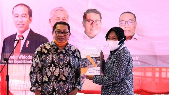 Kemensos Risma saat hadir untuk meresmikan jalan dan sarana sanitasi di Kampung Jaha (07/02/2021).