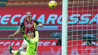 Bomber AC Milan, Zlatan Ibrahimovic saat membobol gawang Crotone