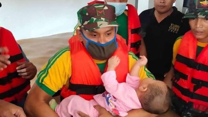 VIVA Militer: Pasukan Tengkorak evakuasi Balita yang terkepung banjir Karawang