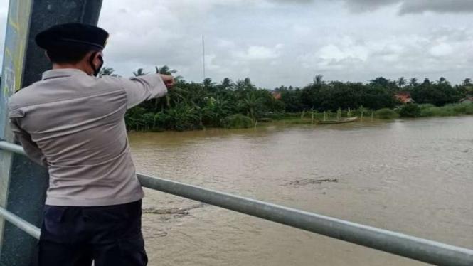 Debit sungai Citarum di Muaragembong Bekasi naik imbas curah hujan yang tinggi