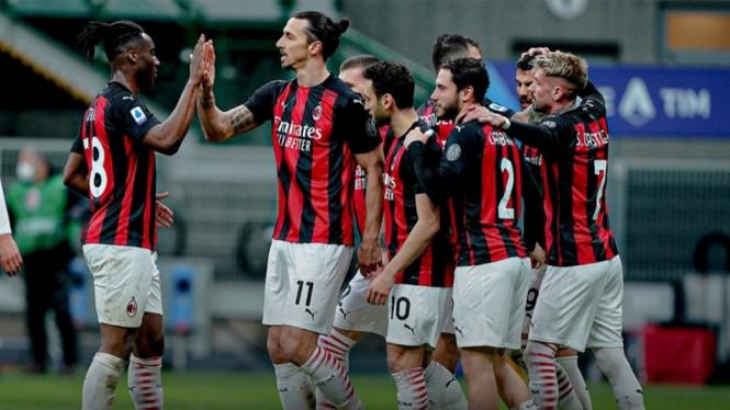 Para pemain AC Milan rayakan gol.