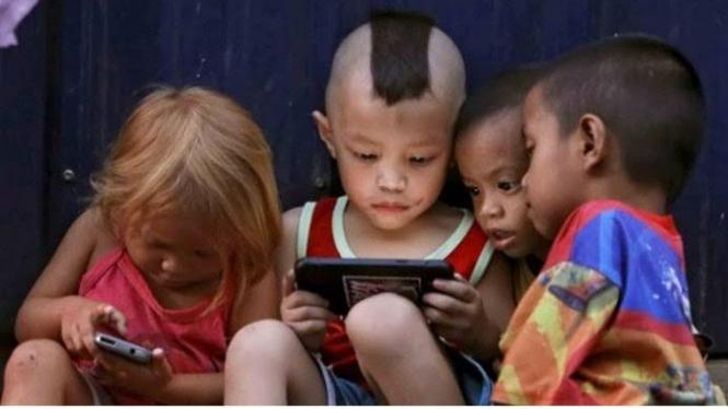 Anak-anak yang tengah bermain gawai - Sumber foto: depoedu dotcom