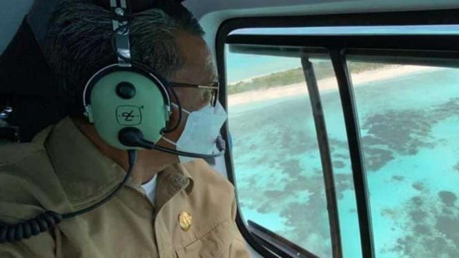Gubernur Sulawesi Selatan Nurdin Abdullah saat meninjau melalui helikopter Pulau Lantigiang di Kabupaten Kepulauan Selayar.