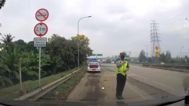 Viral polisi saat menilang pengendara roda empat