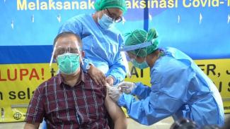Nakes Lansia disuntik vaksin COVID-19 di Medan