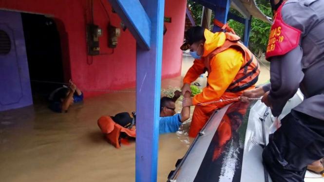 Proses evakuasi korban banjir di Indramayu