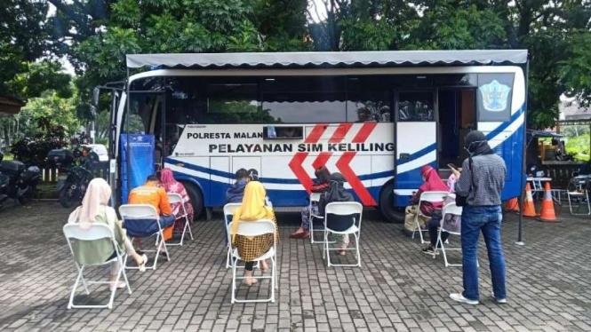 Kepala Polresta Malang Kota Komisaris Besar Polisi Leonardus Simarmata membagikan masker dalam kegiatan Bus Arema Police Sobo Kelurahan pada Selasa, 9 Februari 2021.