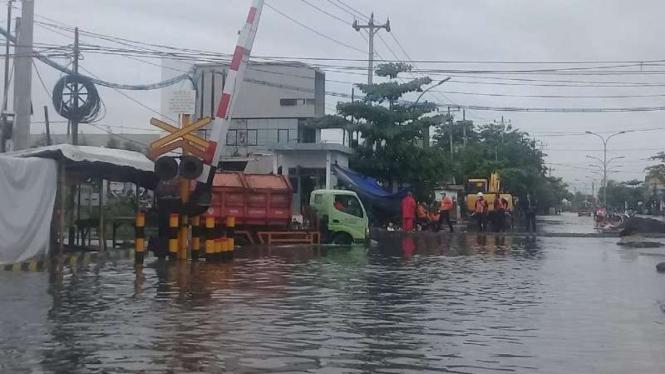 Rel kereta di Semarang terendam banjir.