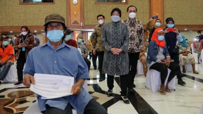 Mensos Risma menghadiri perekaman data kependudukan warga terlantar (09/02)