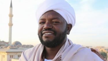 https://thumb.viva.co.id/media/frontend/thumbs3/2021/02/10/6023436c4eefd-qari-asal-afrika-dengan-lantunan-merdu-tilawah-quran-salah-satu-suara-terindah-di-zaman-kita_375_211.jpg