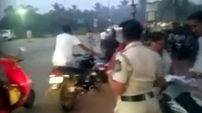 Trik pemotor di India agar tidak kena tilang polisi