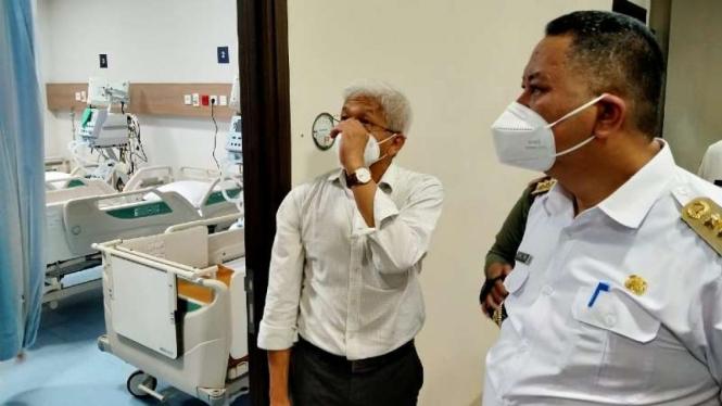 Pelaksana Tugas Wali Kota Surabaya Wisnu Sakti Buana menginspeksi mendadak lokasi RS Siloam di kawasan mal City of Tomorrow (Cito) Surabaya pada Rabu, 10 Februari 2021.