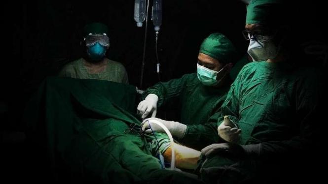 VIVA Militer: Tim dokter Yonkes 2 Kostrad sedang operasi.