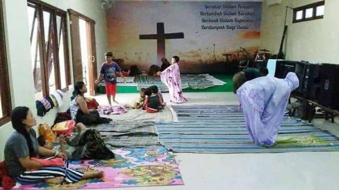 Pengungsi korban banjir di Kudus, Jawa Tengah tengah salat di Gereja