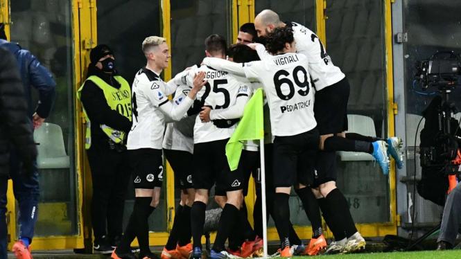 Pemain Spezia merayakan gol ke gawang AC Milan