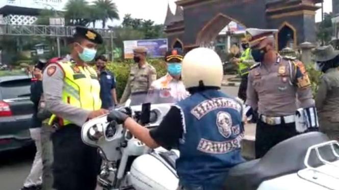 Pengendara moge terkena razia COVID-19 di Puncak, Bogor.