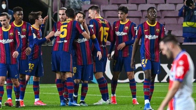 Pemain Barcelona merayakan gol