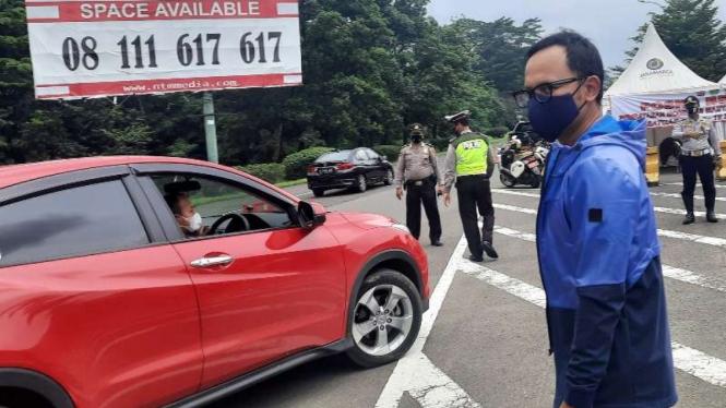 Wali Kota Bogor Bima Arya saat menginspeksi penerapan kebijakan rekayasa lalu lintas ganjil-genap di exit tol Baranangsiang pada Minggu, 14 Februari 2021.
