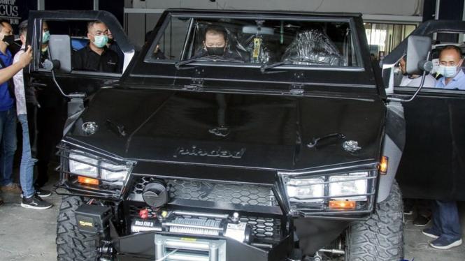 Bupati Jember terpilih, Hendy Siswanto membeli mobil Maung buatan Pindad